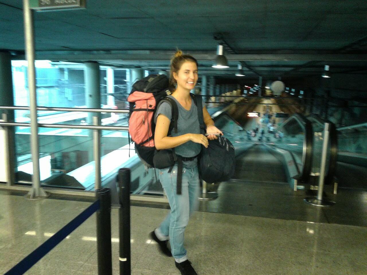 Fotografía en la estación de tren con la mochila puesta
