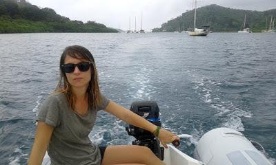 Foto en el dingui con veleros al fondo