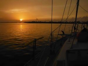 Fotografía de la puesta de sol desde la cubierta del velero