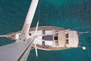 Imagen cenital del velero Natalie donde se observa la placa solar y el generador de viento.