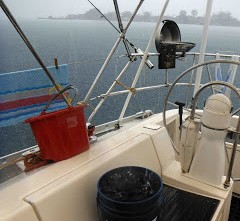 Imagen en cubierta en medio de una tormenta recogiendo agua con cubos.