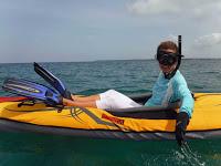 Foto sobre el kayak con el equipo de snorkel