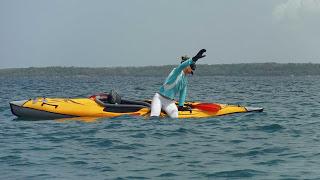 Foto tirándome al agua desde el kayak