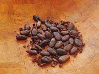 Foto de los granos de chocolate pelados