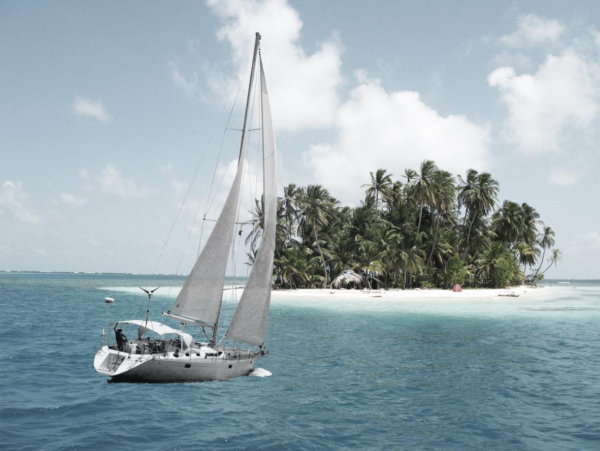 Velero navegando hacia una isla en San Blas