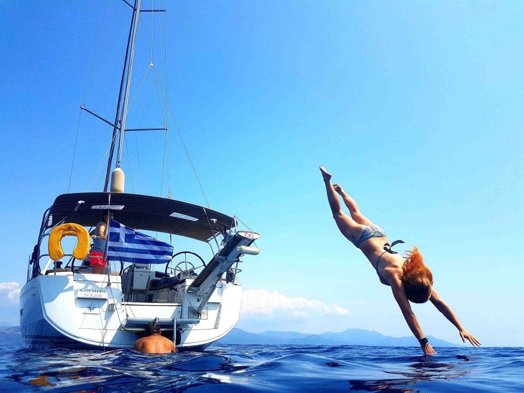 Saltar al mar desde el velero