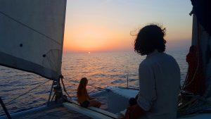 Atardecer sobre el mar en velero