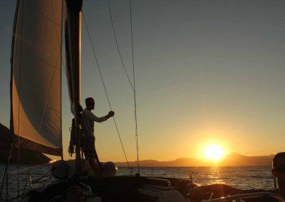 Atardecer al navegar en velero