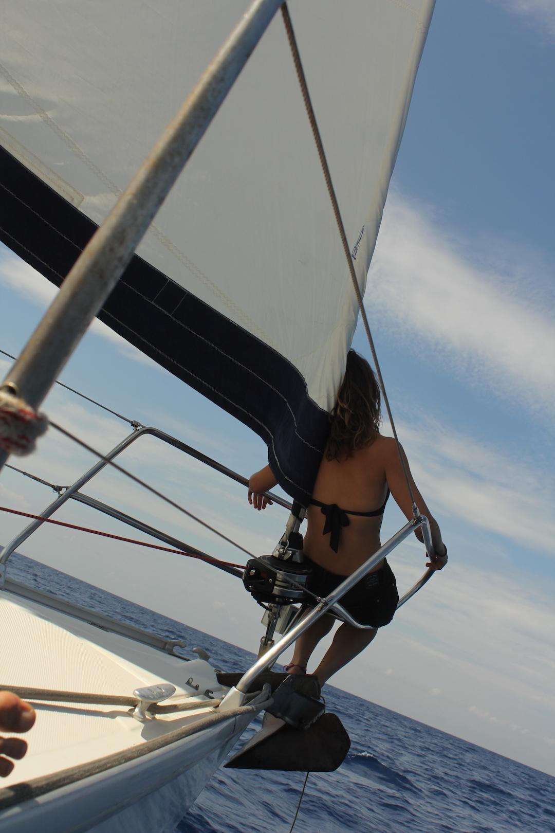 Allende los mares navegando en velero