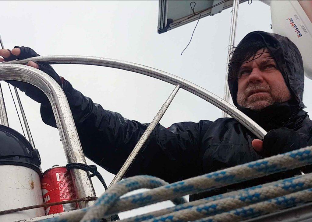 Navegante en cubierta con lluvia